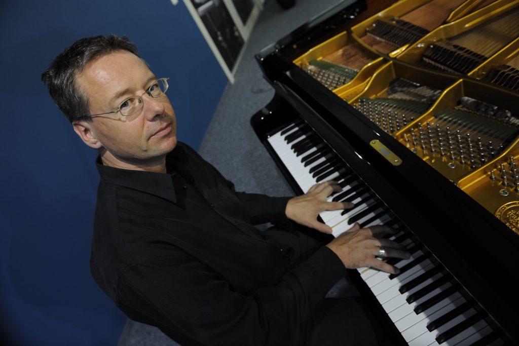 Pianist Chris Geisler: Foto seitlich 2